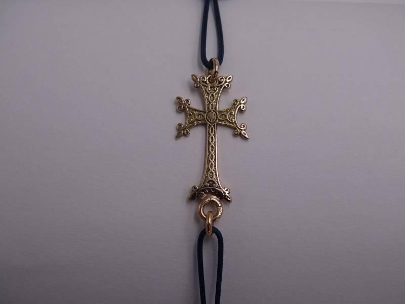 Bracelet cordon bleu tressé avec deux boules en or . Croix Arménienne ajourée, en or 18 carats.  1.3 gr