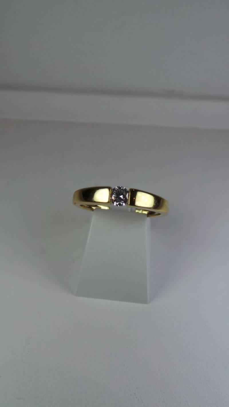 Solitaire en or jaune 18 carats et diamants.