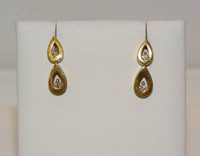 Boucles d'oreille en forme de go�te or jaune 18 carats, diamant.