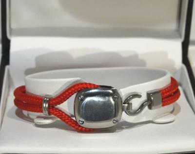 Bracelet Albanu en acier et cordon rouge.