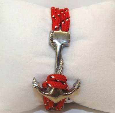 Bracelet avec cordon rouge et ancre marine en acier.