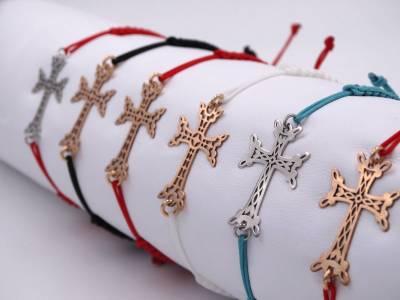 Braelet Croix arménienne en or 18 carats, sur cordon noir.