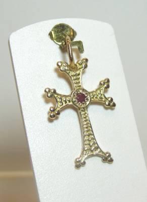 Pendentif croix arménienne avec rubis. Or rose 18 carats.